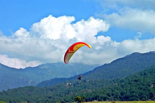 Para gliding in Bir Billing, Himachal Pradesh
