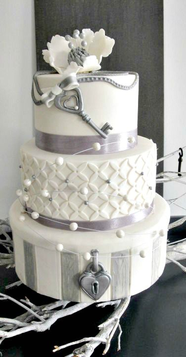 Love.locks and key wedding cake