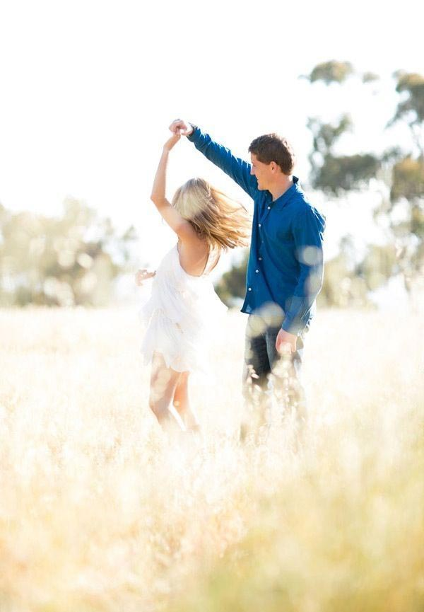 15 Adorable Couple Poses To Inspire Your Engagement Photo ...