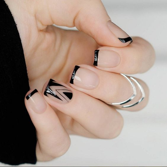 Minimalist nailart in black paint