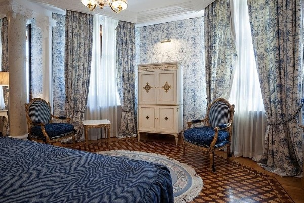 Heavy imperial curtains with more lights in the bedroom